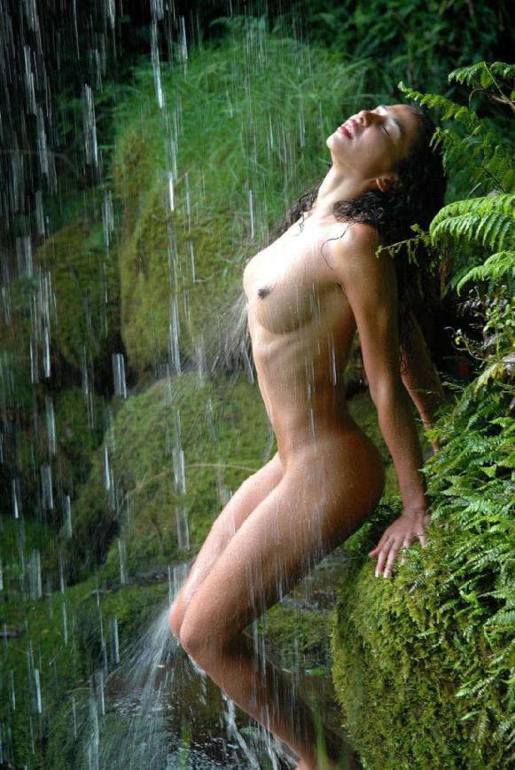 【※画像あり】全裸のまま滝行した女たち・・・これで修行とかワロタwwwwww・4枚目