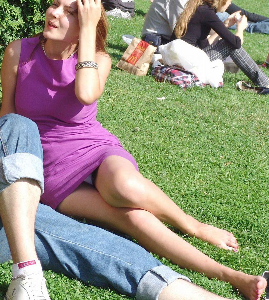 海外では女の子がチラチラおまんこを見せつけてくるんだがwwwwwwwwww(※画像あり)・6枚目