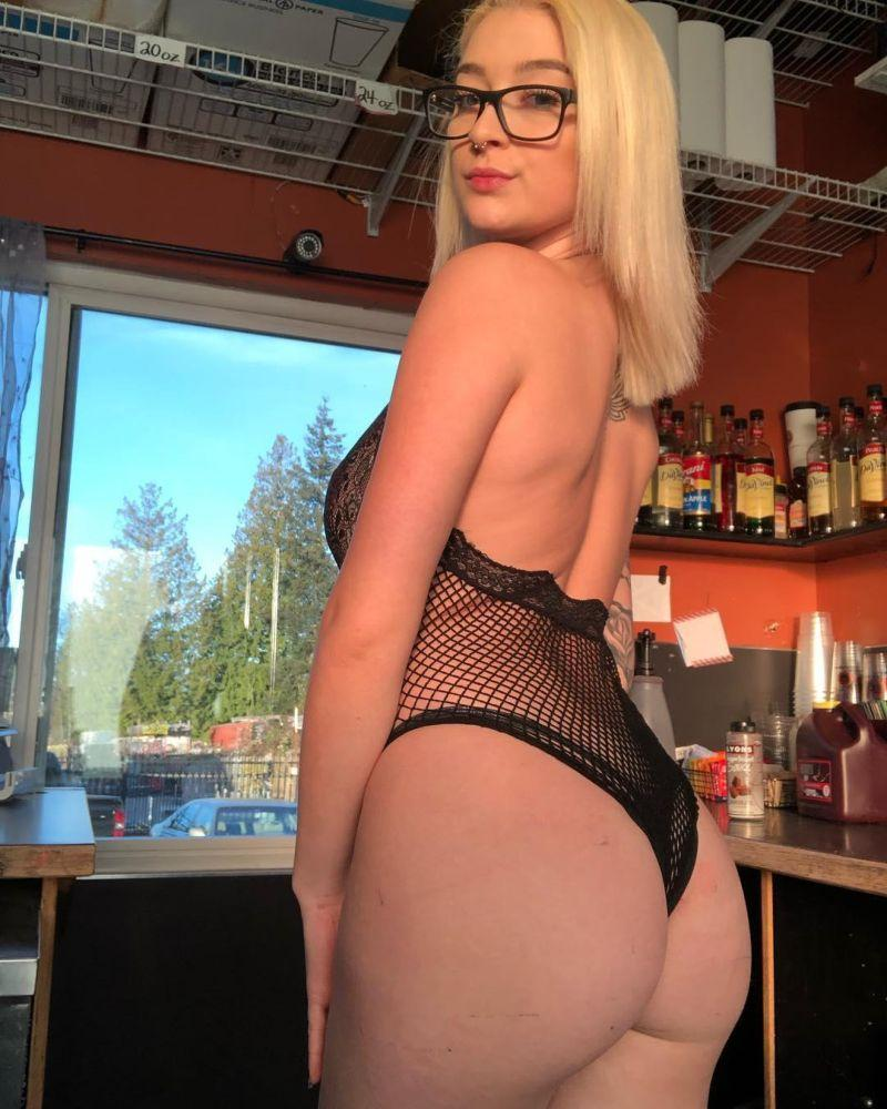 【画像あり】すぐに挿入可、ほぼ全裸の極小ビキニカフェの風景・・・クッソええ乳やなwwwwwww・7枚目