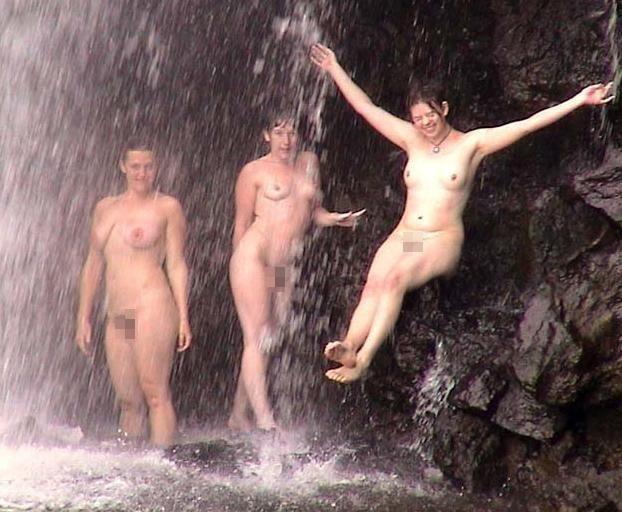 【※画像あり】全裸のまま滝行した女たち・・・これで修行とかワロタwwwwww・7枚目