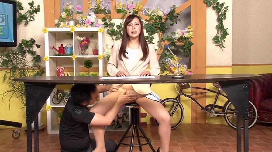 【画像あり】本番中にあった女子アナへのイタズラ行為がコチラwwwwwwwww・23枚目