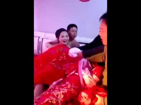 中国の結婚式の伝統風習、もはやレイプにしか見えない件wwwwwww(GIFあり)・13枚目