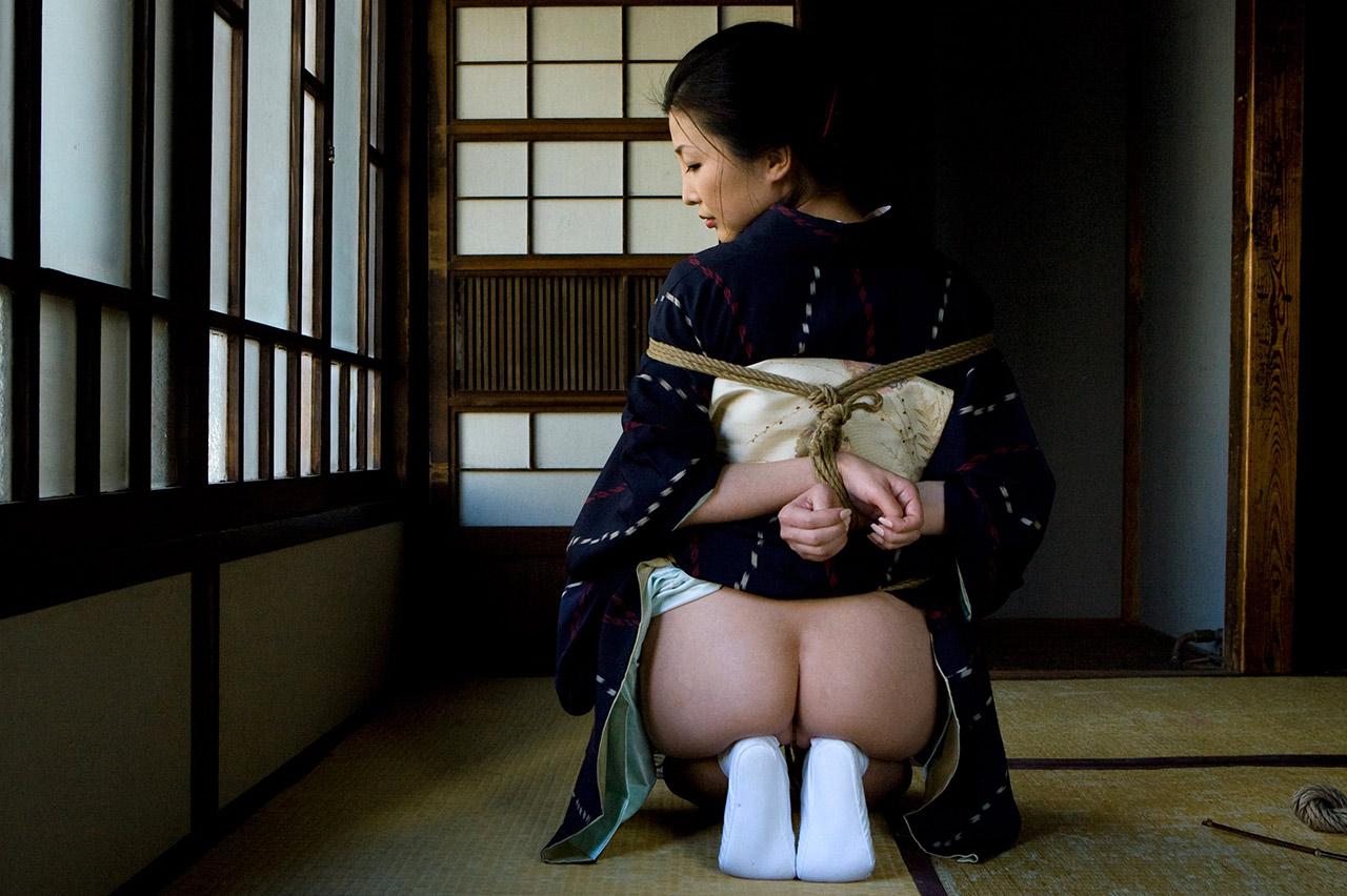 緊縛された着物美女を並べて興奮するエロ画像集(23枚)・19枚目