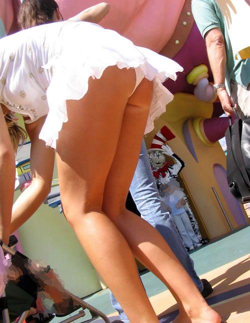 街中で隠し撮りされた女さん、Tバックかノーパンかを検証するスレwww(画像あり)・5枚目