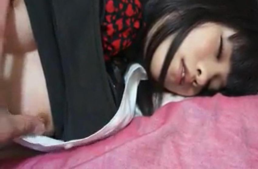 寝てる女にイタズラするの楽しすぎワロタwwwwwww(画像あり)・10枚目