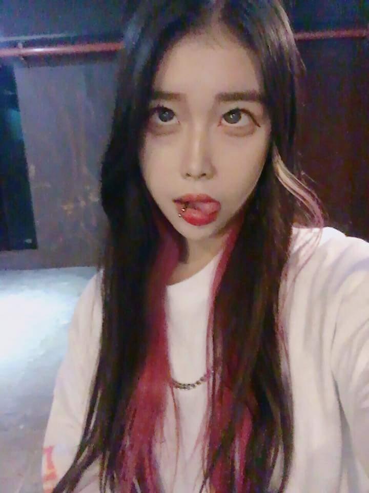韓国の若者の間でアヘ顔自撮りが流行中らしい・・・・・(画像あり)・1枚目