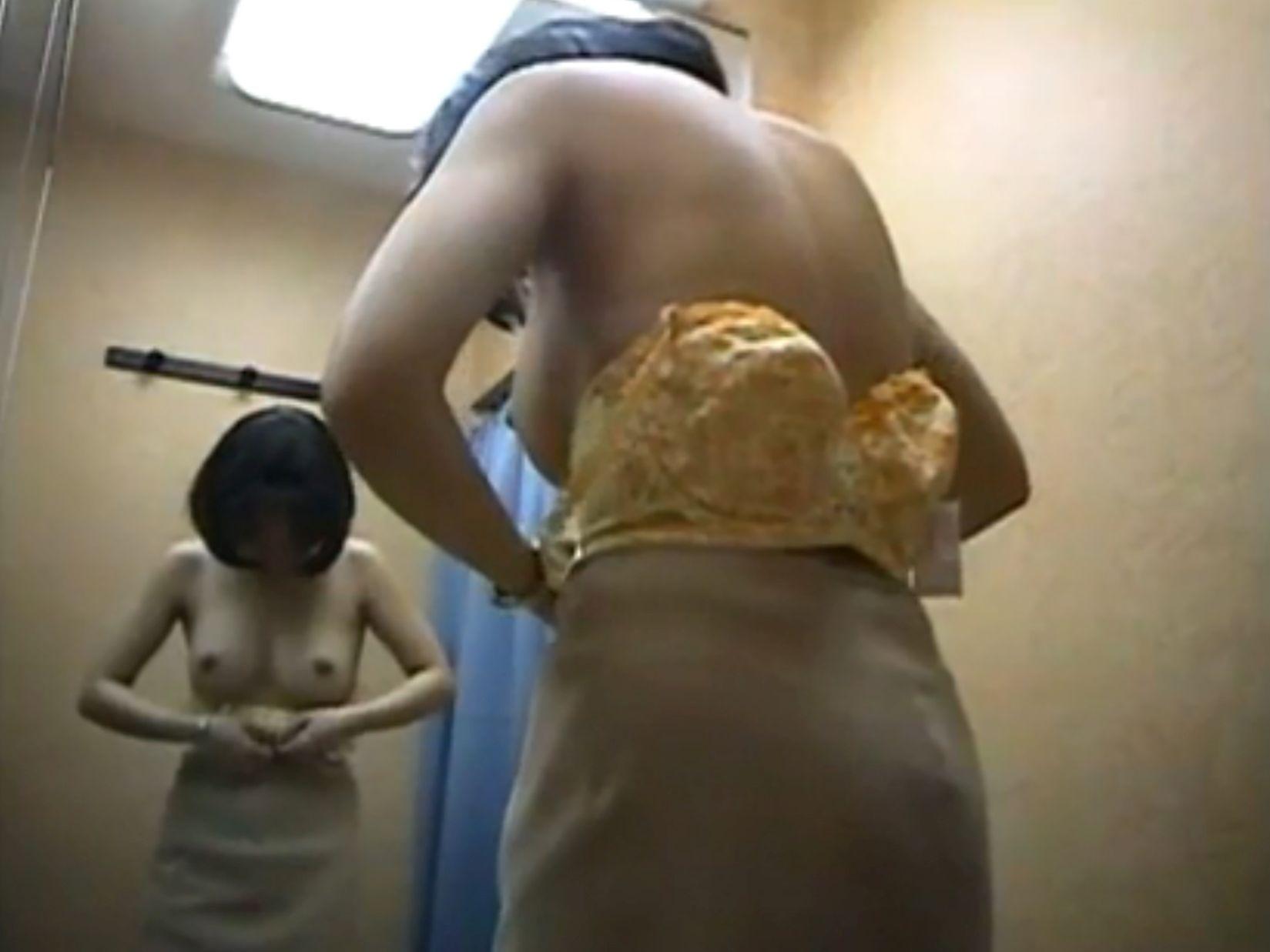 更衣室内の生着替え盗撮画像がガチで生々しすぎるんだが・・・・・(画像22枚)・10枚目