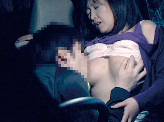 狭い車内で結構激しいセックスしてるカップルが撮影される。(画像あり)・11枚目
