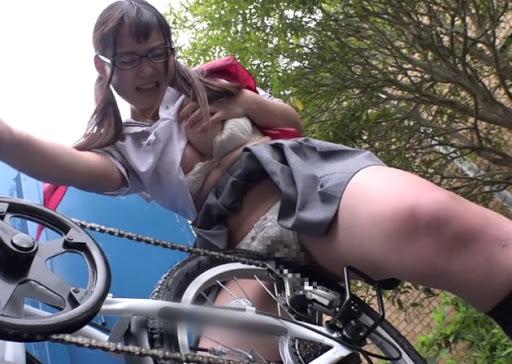 【オナヌー中】自転車に跨りクネクネさせてる女・・明らかに確信犯wwwwwwww・14枚目