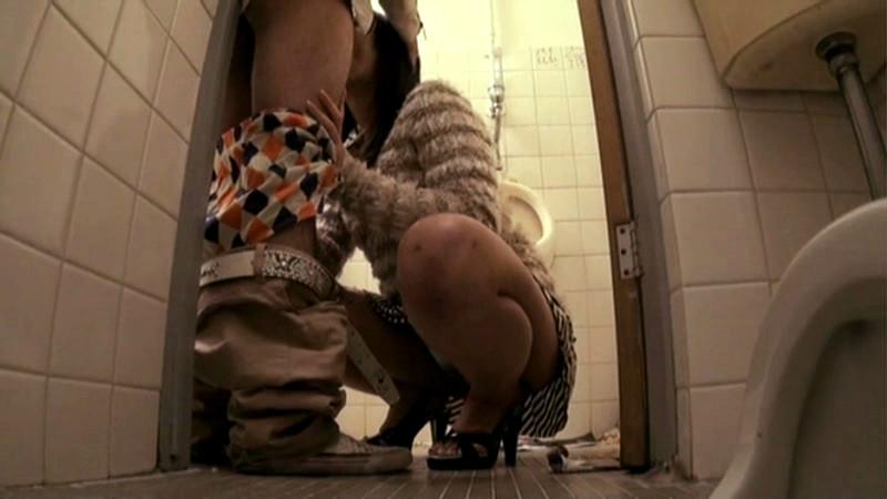 公衆便所でSEXするバカップルを隠し撮りされネットに晒される・・・(※GIFあり)・15枚目