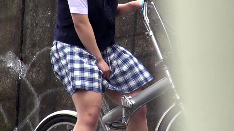【オナヌー中】自転車に跨りクネクネさせてる女・・明らかに確信犯wwwwwwww・2枚目