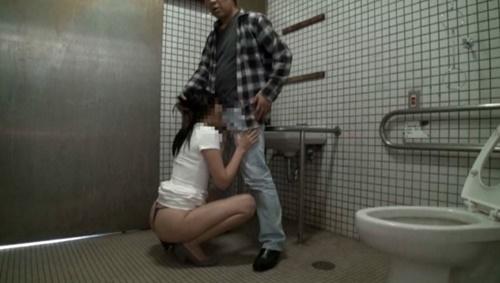 公衆便所でSEXするバカップルを隠し撮りされネットに晒される・・・(※GIFあり)・21枚目