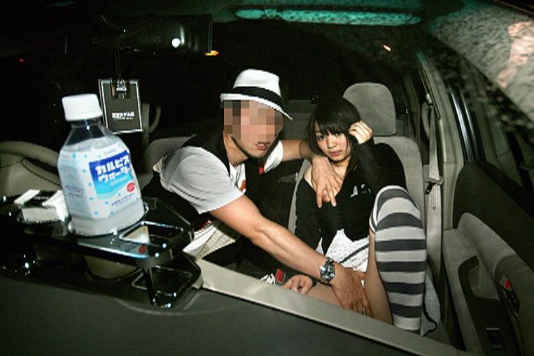 狭い車内で結構激しいセックスしてるカップルが撮影される。(画像あり)・4枚目