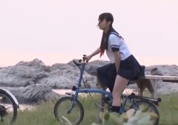 【オナヌー中】自転車に跨りクネクネさせてる女・・明らかに確信犯wwwwwwww・4枚目