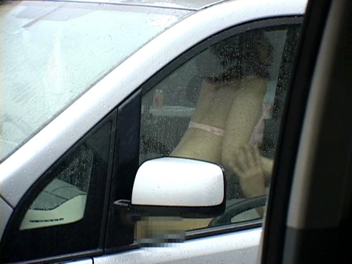 狭い車内で結構激しいセックスしてるカップルが撮影される。(画像あり)・7枚目