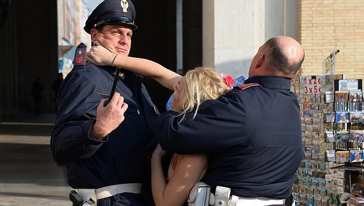 警察に現行犯逮捕されている全裸の女性がとてもシュール。(※画像あり)・10枚目