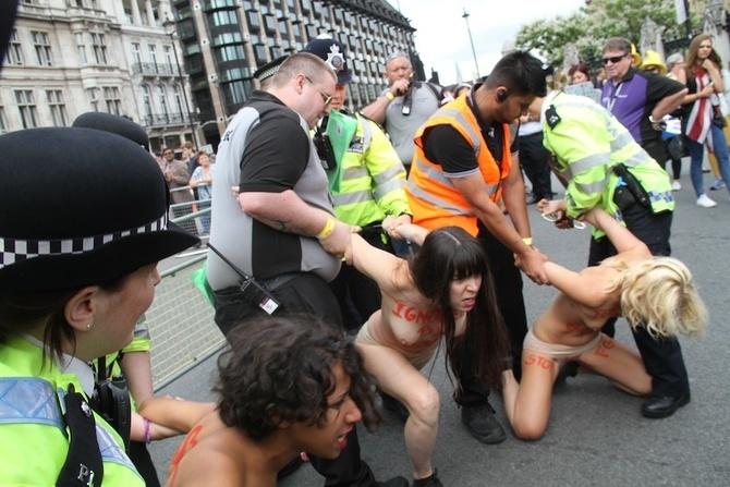 警察に現行犯逮捕されている全裸の女性がとてもシュール。(※画像あり)・11枚目