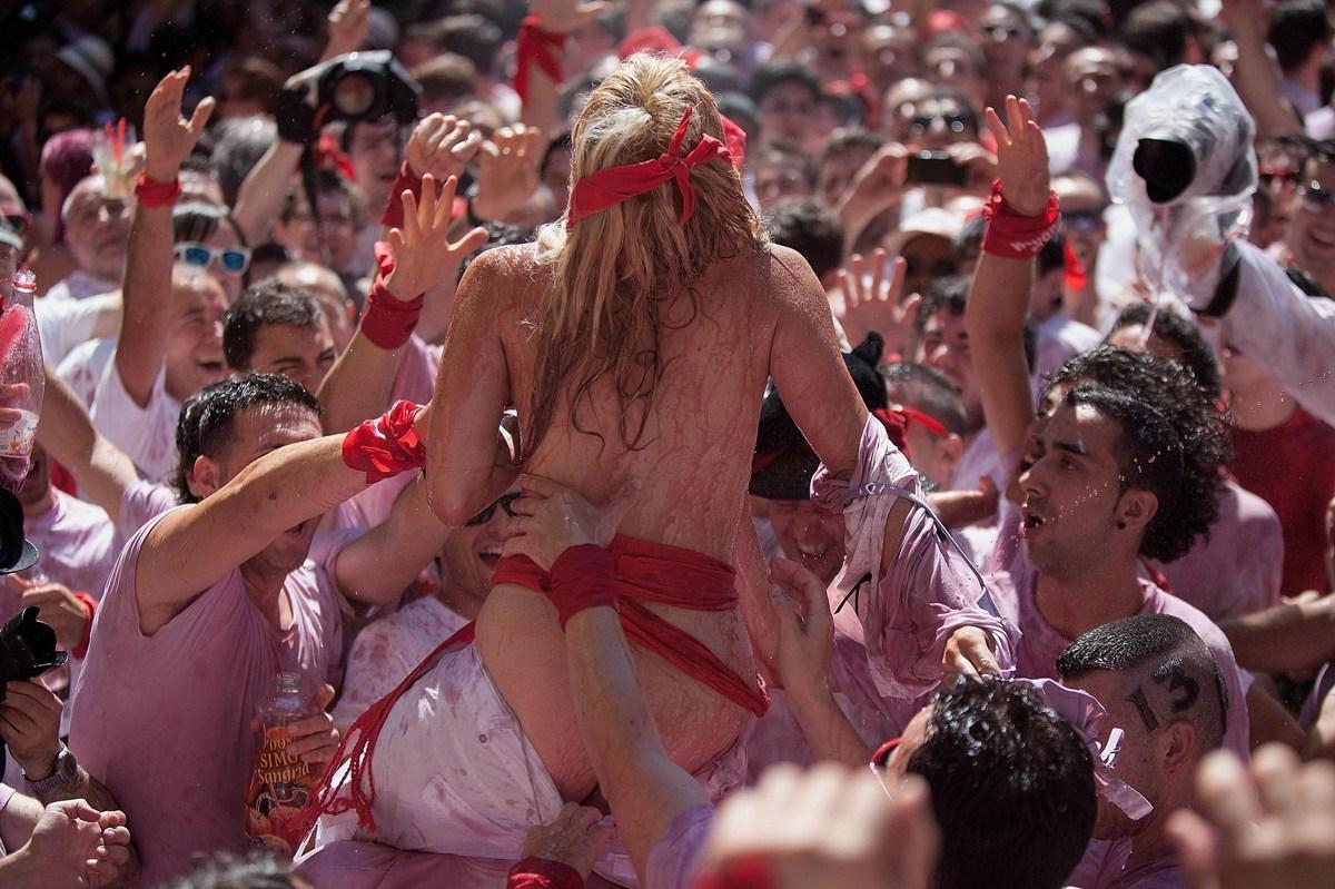 おっぱい揉み・舐め放題のスペインの神祭りwwwwwwww(画像38枚)・13枚目