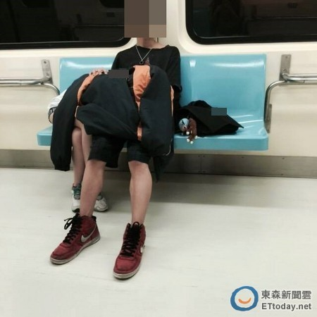 AVの影響電車内でおっぱじめるバカップルが無事撮影→拡散されるの巻。(画像あり)・13枚目