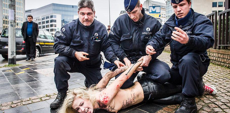 警察に現行犯逮捕されている全裸の女性がとてもシュール。(※画像あり)・17枚目