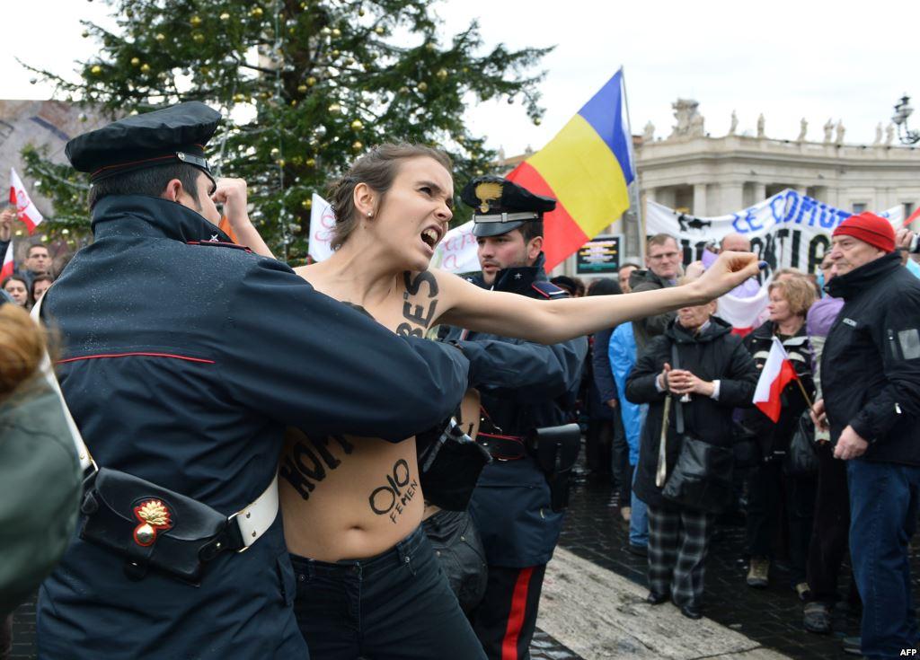 警察に現行犯逮捕されている全裸の女性がとてもシュール。(※画像あり)・18枚目