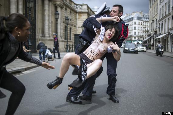警察に現行犯逮捕されている全裸の女性がとてもシュール。(※画像あり)・2枚目