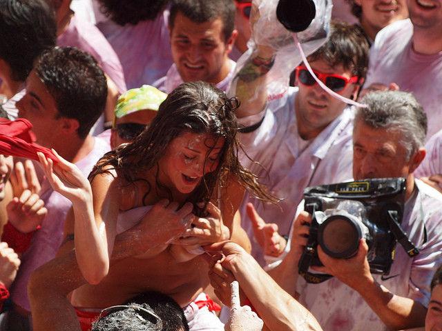おっぱい揉み・舐め放題のスペインの神祭りwwwwwwww(画像38枚)・2枚目