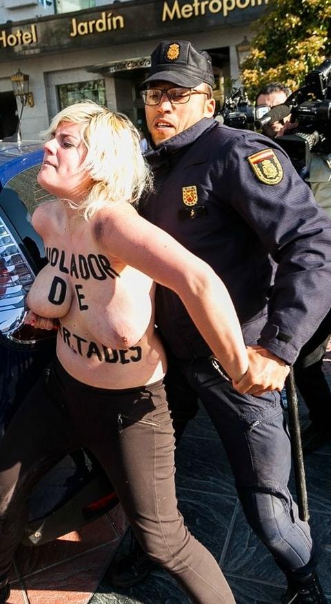 警察に現行犯逮捕されている全裸の女性がとてもシュール。(※画像あり)・19枚目