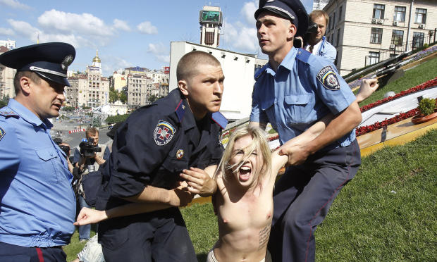 警察に現行犯逮捕されている全裸の女性がとてもシュール。(※画像あり)・20枚目