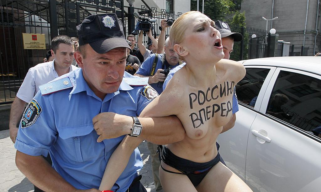 警察に現行犯逮捕されている全裸の女性がとてもシュール。(※画像あり)・25枚目