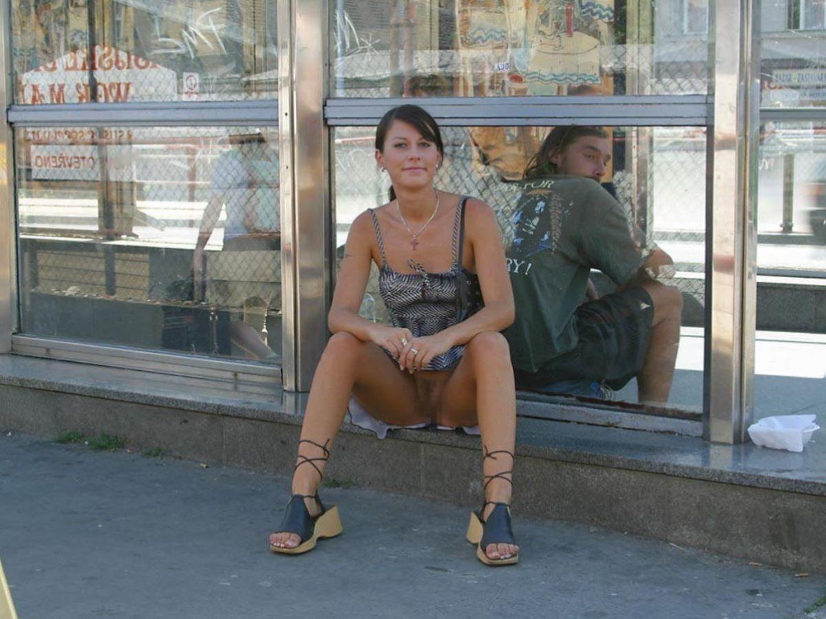 街中でノーパンチラしてる痴女、サービス良すぎwwwwwwww(画像あり)・27枚目