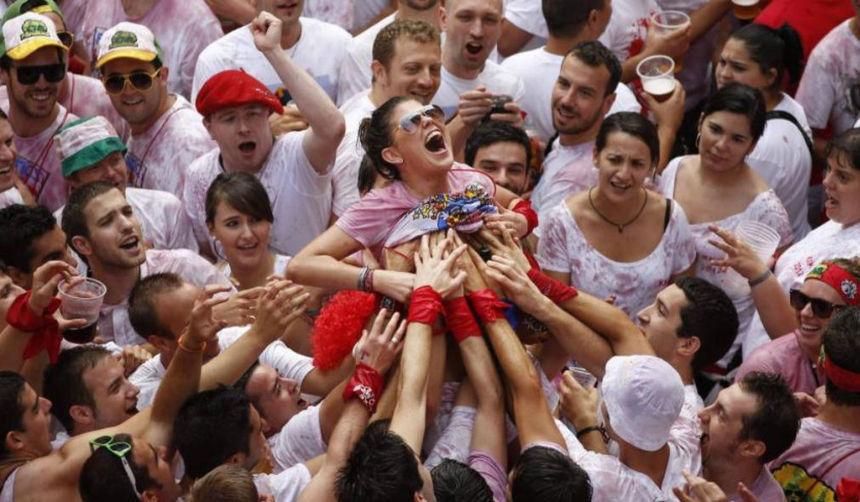 おっぱい揉み・舐め放題のスペインの神祭りwwwwwwww(画像38枚)・29枚目