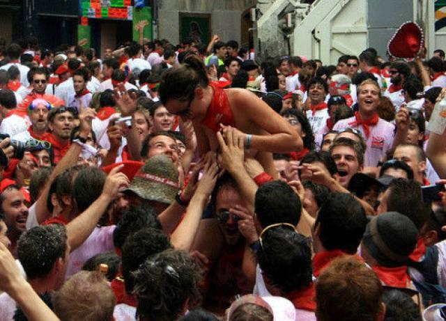 おっぱい揉み・舐め放題のスペインの神祭りwwwwwwww(画像38枚)・31枚目
