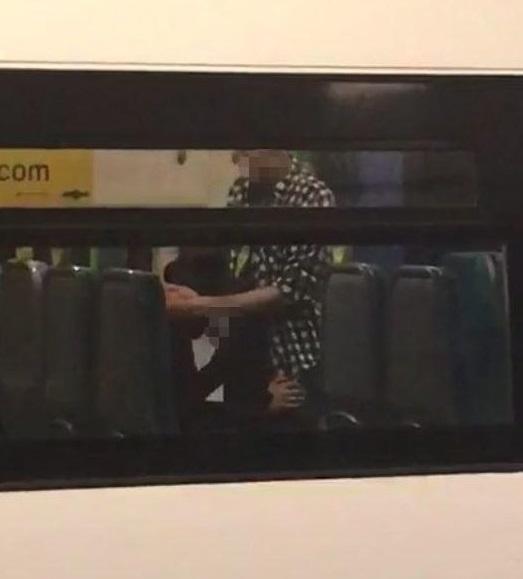 AVの影響電車内でおっぱじめるバカップルが無事撮影→拡散されるの巻。(画像あり)・4枚目