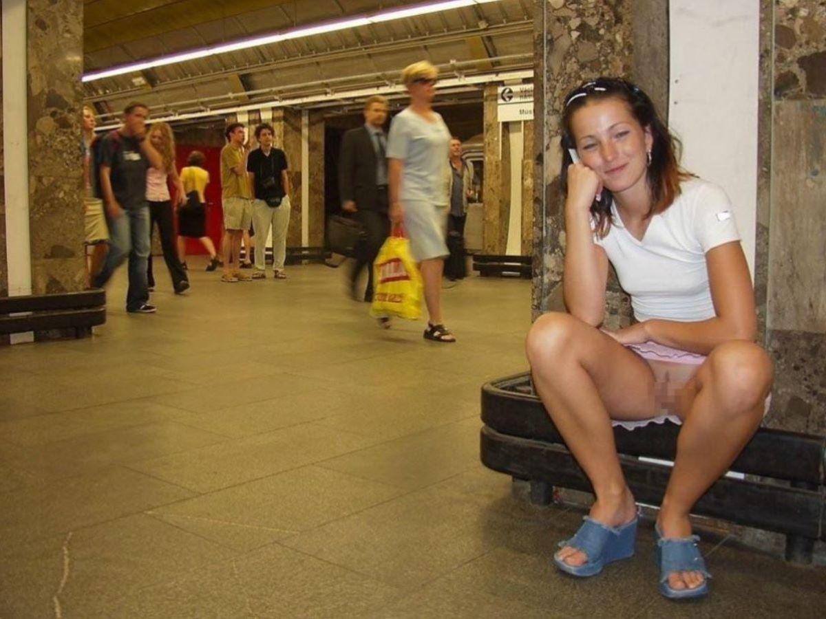 街中でノーパンチラしてる痴女、サービス良すぎwwwwwwww(画像あり)・4枚目