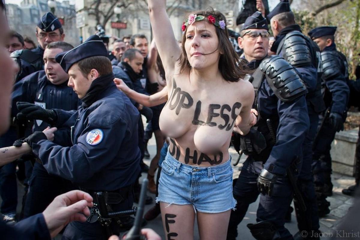 警察に現行犯逮捕されている全裸の女性がとてもシュール。(※画像あり)・7枚目