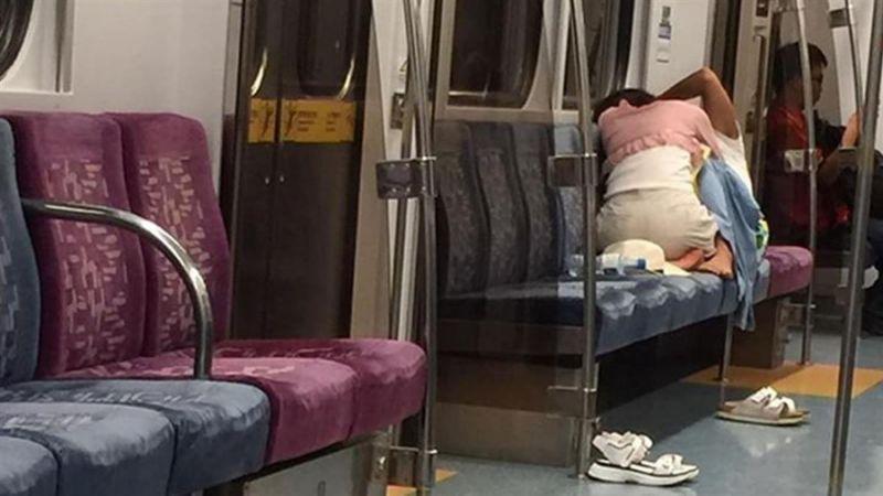 AVの影響電車内でおっぱじめるバカップルが無事撮影→拡散されるの巻。(画像あり)・7枚目