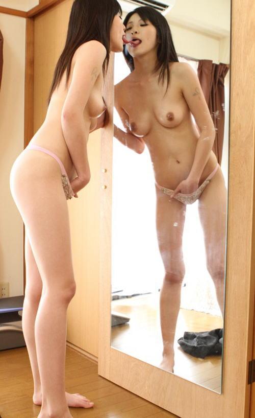 おクチがエロい女神の鏡越しにオナニー、たまらんwwwwwwww(画像25枚)・11枚目