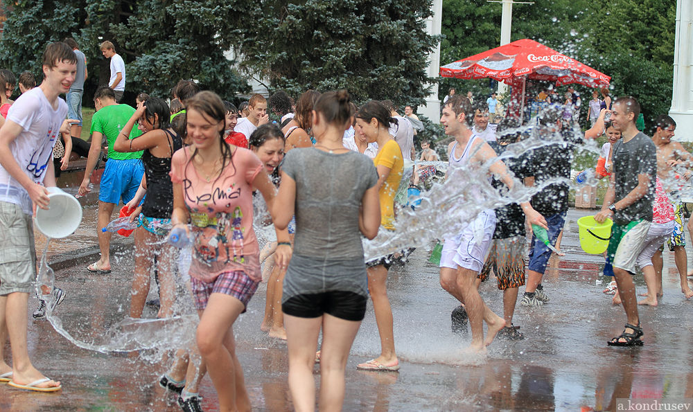 ロシアの水掛けのお祭り、確実におっぱい出てるよな?wwwwwwwww(画像あり)・12枚目