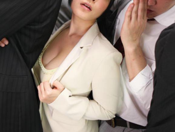 おっぱい押しつけ誘惑する熟女・・・サラリーマンの無視っぷりワロタwwwwwww(画像あり)・14枚目