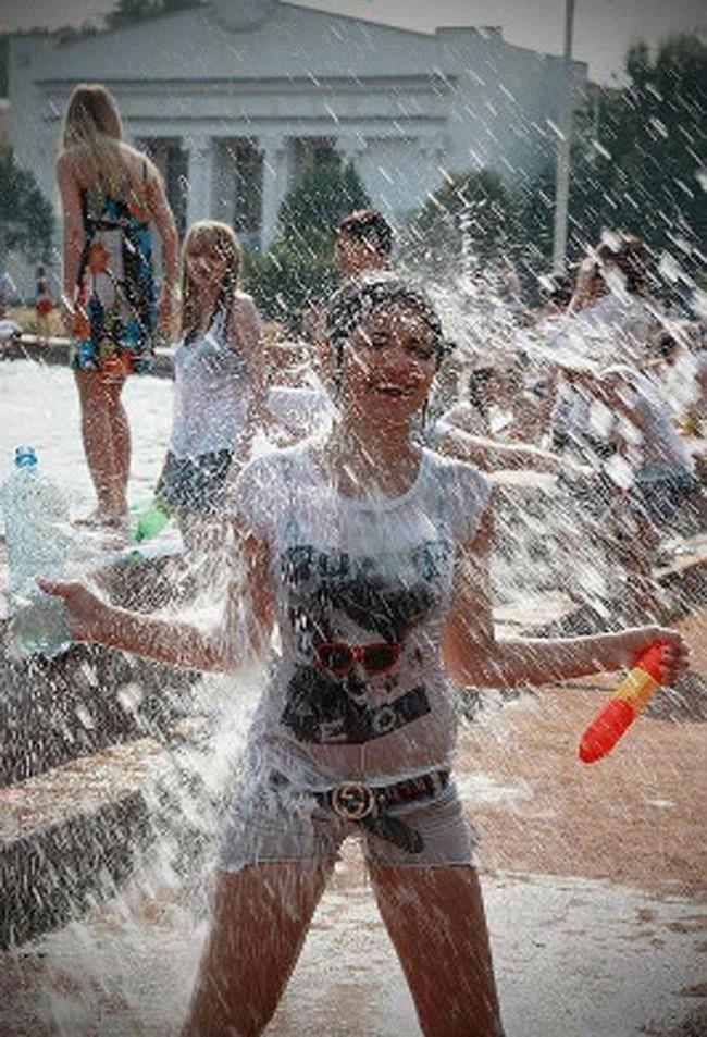 ロシアの水掛けのお祭り、確実におっぱい出てるよな?wwwwwwwww(画像あり)・18枚目