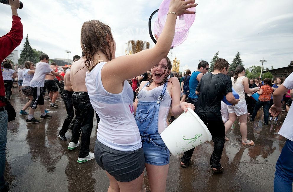 ロシアの水掛けのお祭り、確実におっぱい出てるよな?wwwwwwwww(画像あり)・19枚目