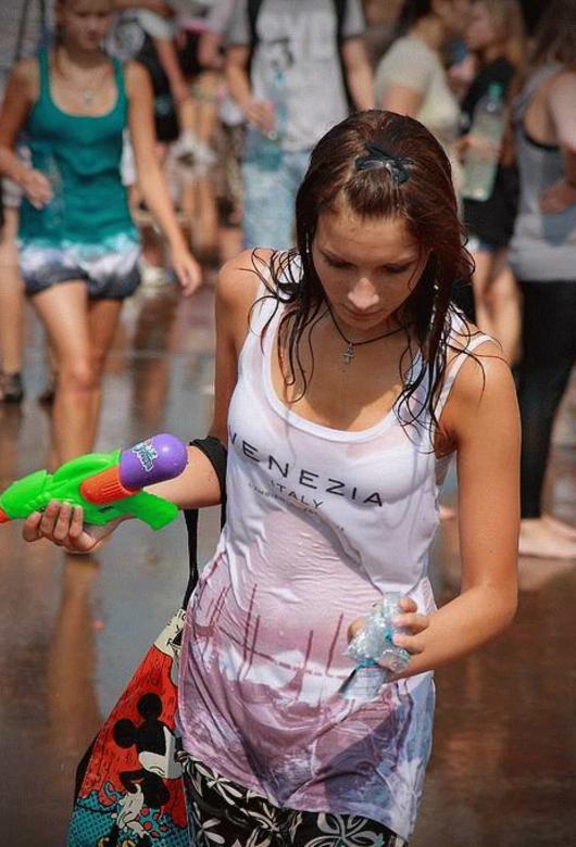ロシアの水掛けのお祭り、確実におっぱい出てるよな?wwwwwwwww(画像あり)・22枚目