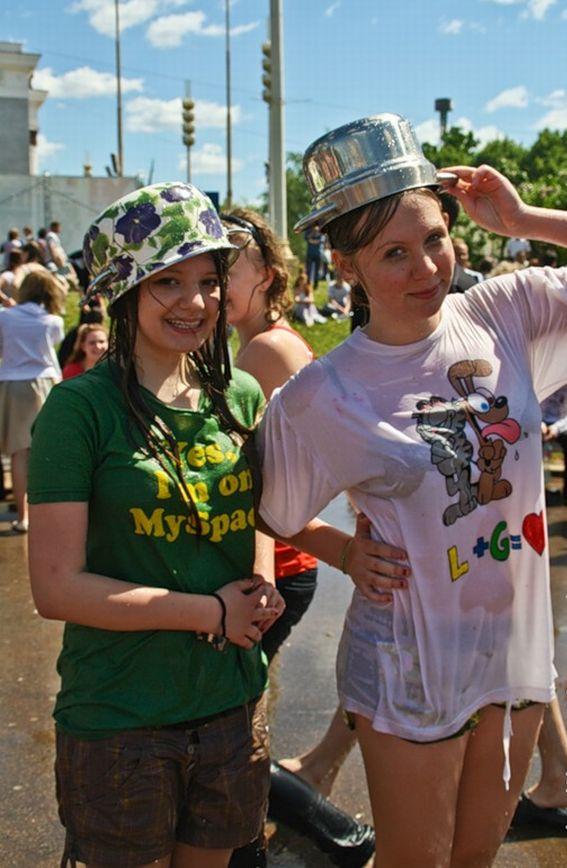 ロシアの水掛けのお祭り、確実におっぱい出てるよな?wwwwwwwww(画像あり)・26枚目