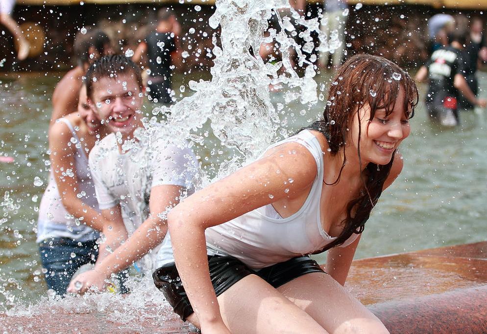 ロシアの水掛けのお祭り、確実におっぱい出てるよな?wwwwwwwww(画像あり)・29枚目
