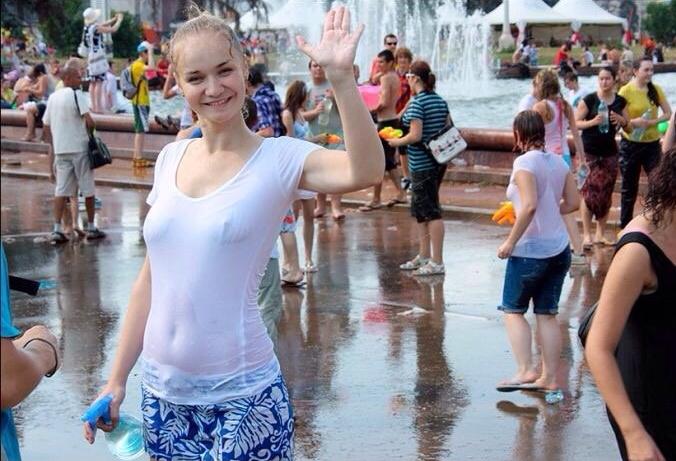 ロシアの水掛けのお祭り、確実におっぱい出てるよな?wwwwwwwww(画像あり)・3枚目