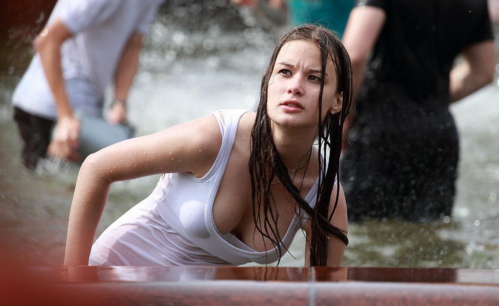 ロシアの水掛けのお祭り、確実におっぱい出てるよな?wwwwwwwww(画像あり)・35枚目