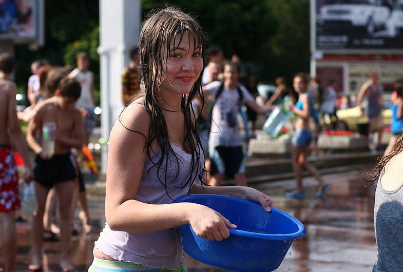 ロシアの水掛けのお祭り、確実におっぱい出てるよな?wwwwwwwww(画像あり)・4枚目