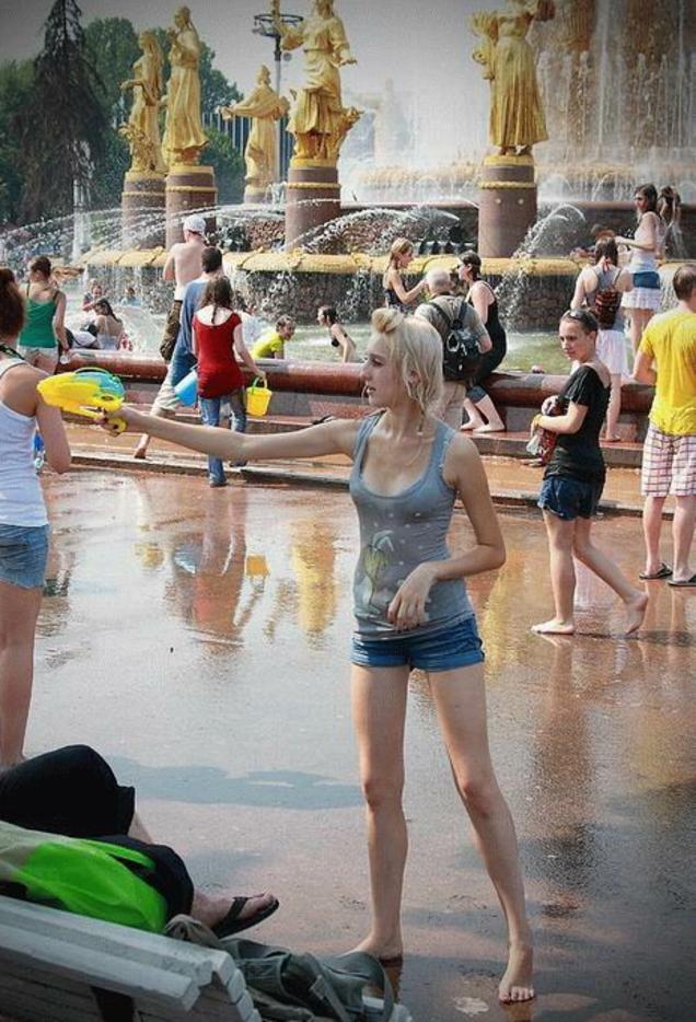 ロシアの水掛けのお祭り、確実におっぱい出てるよな?wwwwwwwww(画像あり)・9枚目