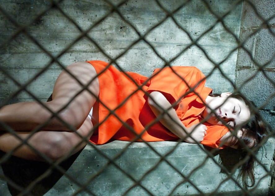 マンコの中まで隅々チェックされる過酷な女刑務所の光景をご覧下さい。(画像あり)・14枚目
